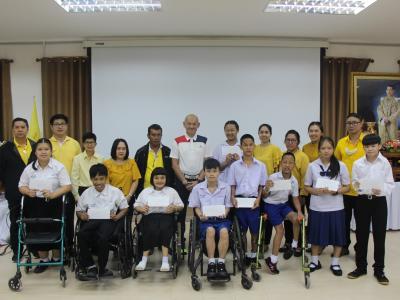 ตัวแทนครอบครัว หัตถกิจโกวิท ได้มอบทุนการศึกษาให้แก่นักเรียนโรงเร